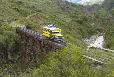 Viaje a Aiquile en bus carril Este Dodge '52 sale de Cochabamba tres veces por  semana. El viaje dura ocho horas