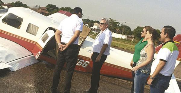 Costas y Peña charlan junto a la avioneta en la que casi mueren. Kathia Quiroga, Paola Parada y Daniel Delgado los observan desde atrás
