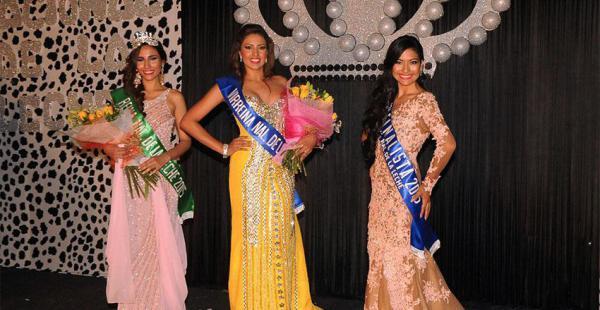 Esthefany Terrazas con la virreina, Laura Alvarado, y la finalista, Dana Bier
