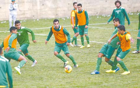 Práctica. Leonardo Vaca (der.) y Arano intentan llegar al balón. Participan también en la acción Veizaga (centro), Cardozo y Gutiérrez. Foto: Luis Salazar