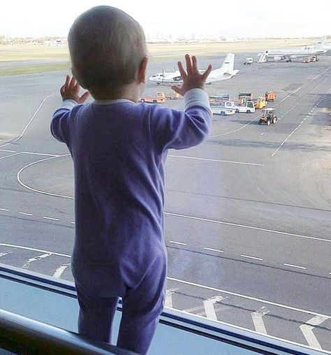 Darina Gromova, de 10 meses, en el aeropuerto de Pulkovo de San Petersburgo, antes de subir al avión ruso siniestrado en el Sinaí.