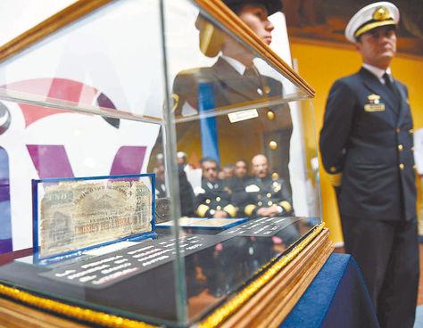 Reliquia. Efectivos de la Armada boliviana escoltan el 'billete del Litoral' que se exhibirá en el Museo Naval.