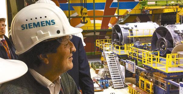 El presidente Morales visitó la empresa de electroingeniería Siemens