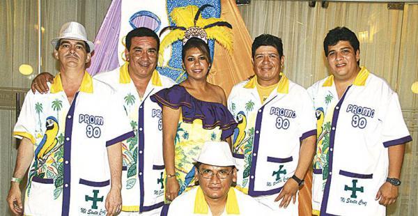 Carlos Cortez, Elar Limpias Daveiva Rivero, Ricardo Parejas, Eduardo Tapia y Juan José Escalante, bien uniformados y junto a su reina