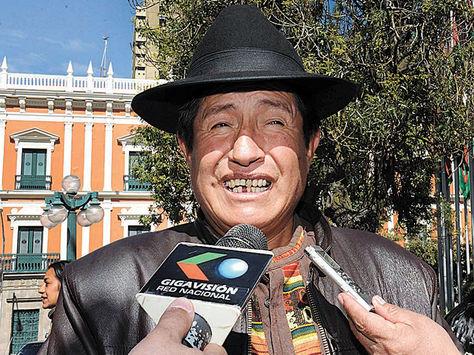 Posición. El asambleísta Rafael Quispe en declaraciones a la prensa.