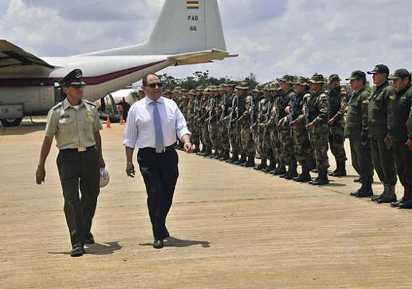 El ministro de Gobierno, Carlos Romero, saluda al contigente policial antes del operativo en Cobija.  -   Apg Agencia