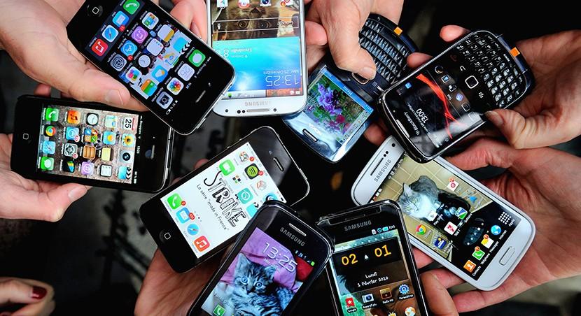 smatphones espa%C3%B1a 830x452 La CNMC revela quemás del 70 por ciento de los españoles tiene un smartphone