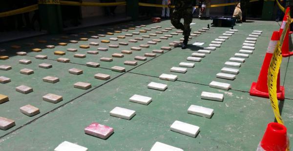 En el Comando Departamental de la Policía, en Santa Cruz, el ministro de Gobierno, Carlos Romero, presentó los 200 kilos de cocaína incautada en San Ignacio de Velasco