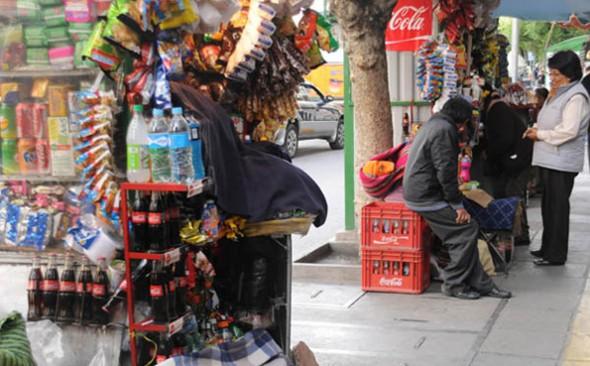 COMERCIALIZACIÓN. Una mujer atiende en uno de los puestos de venta de gaseosas en el centro de la ciudad de La Paz. - María René  Centellas La Prensa