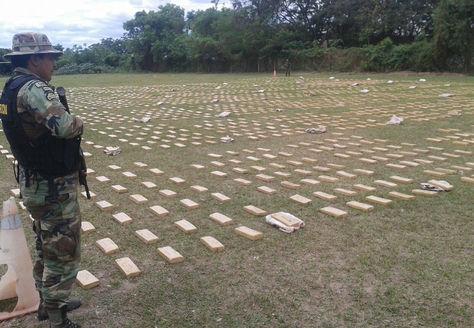 Un efectivo de Umopar custodia los kilos de cocaína incautada