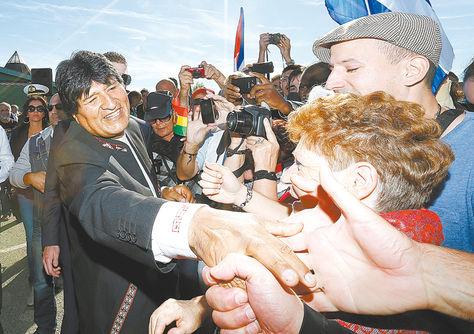 Francia. El mandatario Evo Morales es saludado por ciudadanos franceces en el municipio de Pau.