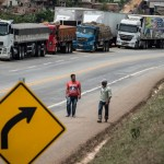 Truckers remain on standby as lorry drivers on strike block the road in Joao Monlebade, 80 km from Belo Horizonte, Brazil, on November 9, 2015 during a national protest day demanding lower diesel oil prices, a better freight prices table and the resignation of President Dilma Rousseff.   AFP PHOTO/CHRISTOPHE SIMON