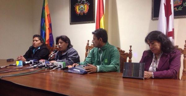 La presidenta del TDE de Chuquisaca (con el micrófono en la mano) renunció este lunes a su cargo