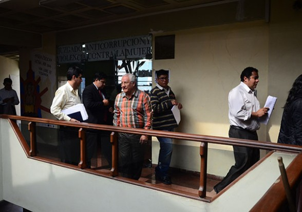 El presidente de Misicuni, abogados de la empresa y de oficio del consorcio salen de la audiencia, ayer. - José Rocha Los Tiempos
