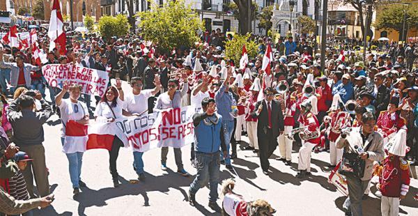 Los cívicos potosinos, junto a su mascota Petardo, desfilaron y rechazaron la reforma a la Constitución