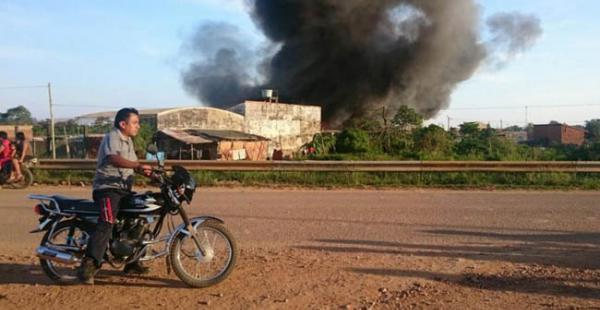 En la imagen se puede observar la columna de humo negro que desprende el incendio en el mercado