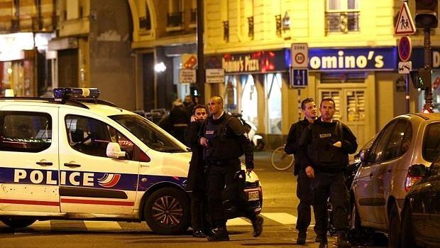 Los oficiales de Policía llegan a la escena del tiroteo en París