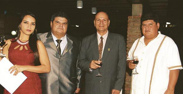 Larissa Costa, 'Yiyo' Landívar, 'Gordo' Landívar y Marco Landívar conversando en el vino de honor del evento