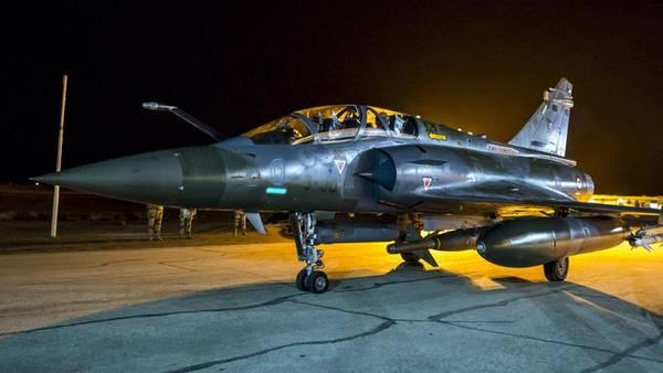 Un avión de la fuerza aérea francesa como los que se usaron para bombardear Raqqa, la capital de ISIS en Siria. (AP)