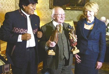 El presidente Evo Morales se reunió con el presidente de Irlanda, Michael D. Higgins, quien le planteó directamente la necesidad de esclarecer las muertes ocurridas en el hotel Las Américas, según registran varios diarios de ese país