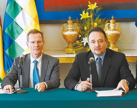 Visita. El director de la UE, Schafer, y el ministro Orellana, ayer.