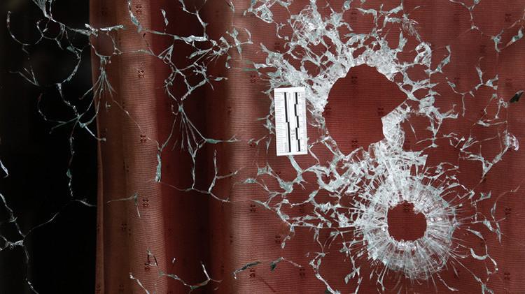 Impactos de balas en una ventana del restaurante Le Carillon tras una serie de ataques en París