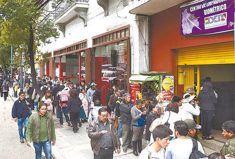 La Paz. Filas de electores en las oficinas del Sereci de La Paz, ubicado en la avenida 16 de Julio.