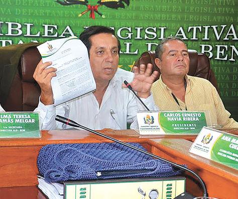 Cargo. Carlos Navia (izq.) preside la Asamblea Legislativa de Beni.
