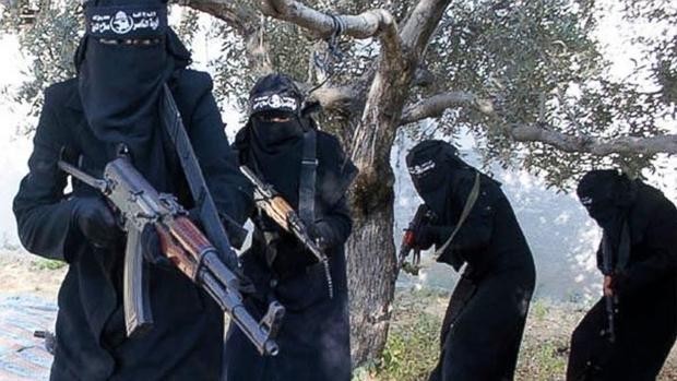 Cuatro mujeres yihadistas caminan con kalashnikovs en un entrenamiento de EI en Siria