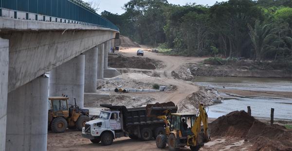 En Naicó (Montero) cesó la construcción de la estructura de concreto por donde pasará el tren sobre el río Piraí