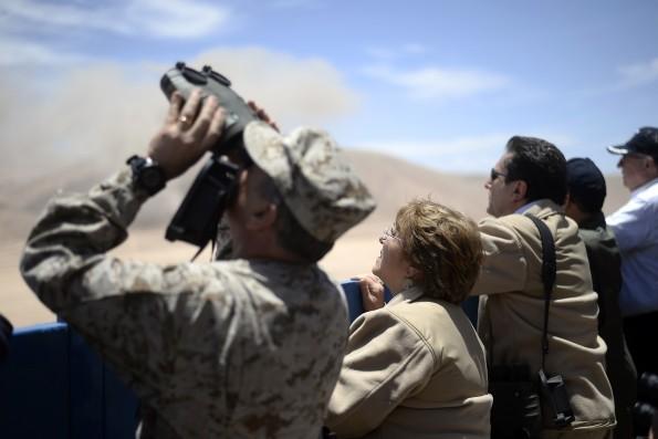 La presidenta de Chile, Michelle Bachelet observa los ejercicios militares que realiza su país en la frontera con Perú y Bolivia.| Foto archivo -   Efe Agencia