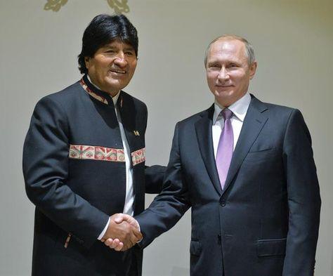 El presidente ruso Vladimir Putin (d) y su homólogo boliviano Evo Morales (i) durante su encuentro bilateral con motivos de la III Cumbre del Foro de Países Exportadores de Gas celebrado en Teherán (Irán) hoy, 23 de noviembre de 2015. Foto:EFE