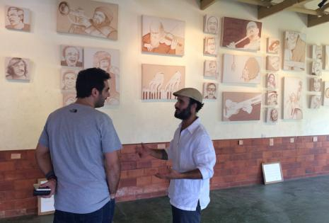 El artista Pedro Lázaro junto a uno de los visitantes