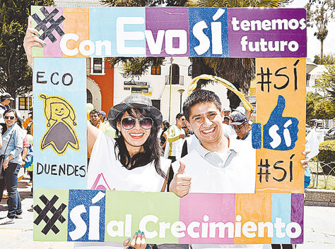 Oficialismo. Militantes del MAS piden el voto por el Sí en una plaza de la zona de Obrajes, en La Paz.
