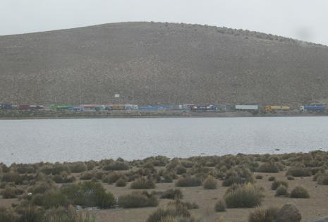 Miles de camioneros bolivianos sufren el perjuicio de la medida de presión y padecen las inclemencias del clima.