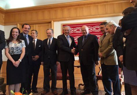 El canciller chileno Heraldo Muñoz junto el equipo de asesores en Santiago. Foto: @Minrel_Chile