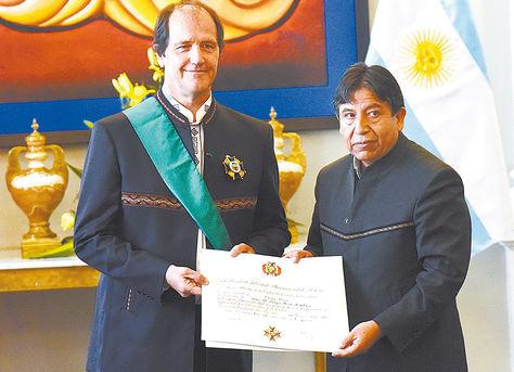 Acto. El embajador Ariel Basteiro recibe el Cóndor de los Andes de manos del canciller David Choquehuanca.