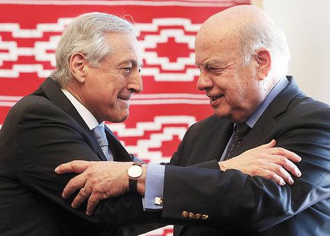 Equipo. Muñoz y el agente José MiguelInsulza se abrazan tras una reunión de coordinación, ayer.