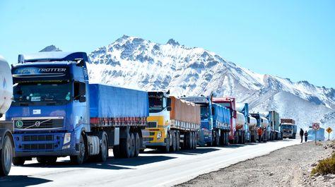 Camiones bolivianos afectados por el problema aduanero en Chile en junio de este año.