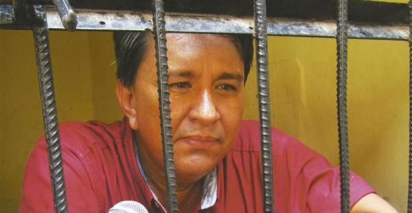 Protesta de los universitarios la comunidad universitaria asegura que la detención es abusiva e ilegal El rector de la Universidad de Beni, Luis Carlos Zambrano, pasó la noche en una celda de la Felcc