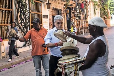 El expresidente de Chile Sebastián con los vendedores de sombreros de Cartagena, Colombia el 25 de noviembre de 2015. Foto:oaquin Sarmiento/Archivolatino