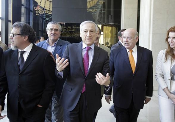 Heraldo Muñoz (centro), junto a José Miguel Insulza (der.), el pasado viernes al término de su reunión de coordinación en la Cancillería.  -   Efe Agencia