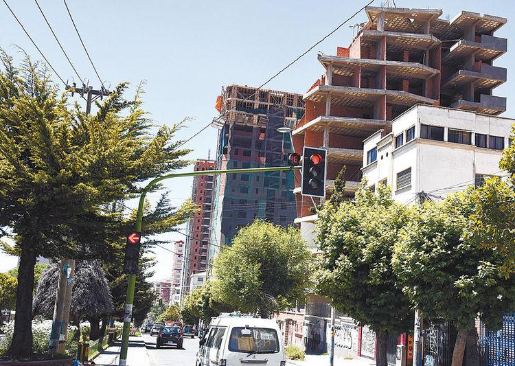 PREFERIDA. Hay seis edificios en construcción en la avenida Busch de Miraflores. Éste sigue siendo el mejor barrio para edificar por la calidad de su suelo. Foto: José Lavayén