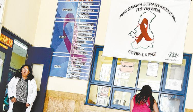 Medicación. En lo que va del año se han registrado 300 casos de infectados por VIH en el departamento de La Paz, casi uno por día. En el CDVIR paceño, ubicado en la avenida Manco Kápac, se hacen los análisis.
