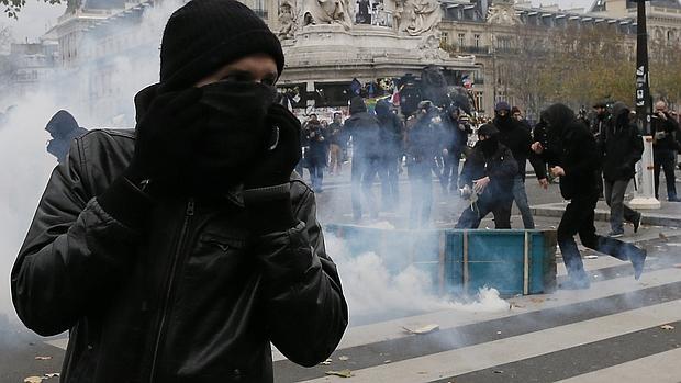 Protesta ecologista frente a las fuerzas policiales en la Plaza de la República de París