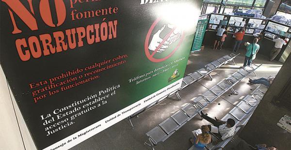 los carteles y los hábitos en la plataforma del palacio  hay propaganda contra la corrupción Los abogados aseguran que hay tarifas no escritas y todos pagan por cada trámite en los juzgados