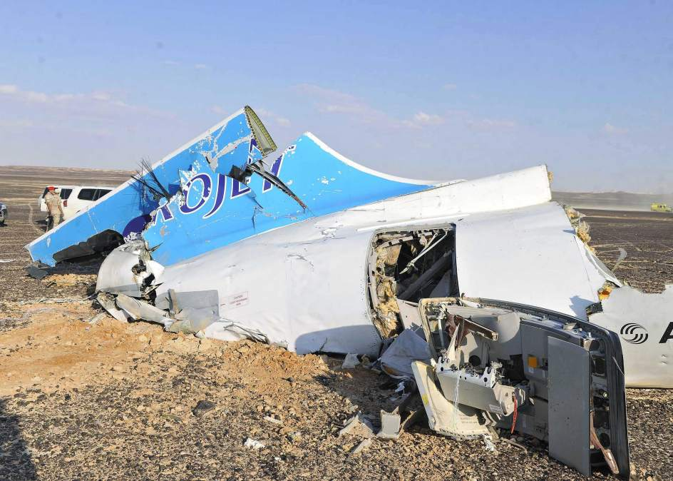 Restos del avión ruso de la compañía Metrojet, estrellado en la península del Sinaí con 224 personas a bordo.