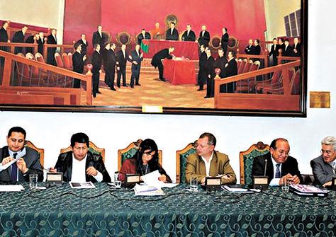 La Paz. Representantes de YPFB, Hidrocarburos, Diputados, Senadores y CEUB, en la reunión de ayer.
