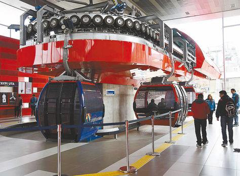 Teleférico. Pasajeros listos para subir a una de las cabinas de la Línea Roja en la Estación Central.