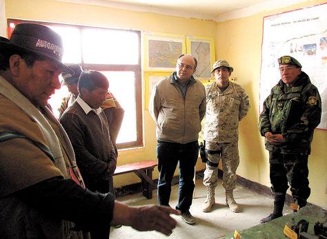 Hecho. El jilakata Alfredo Cruz,  junto a otros comunarios, hace la denuncia al ministro Ferreira, quien ayer realizó una inspección.